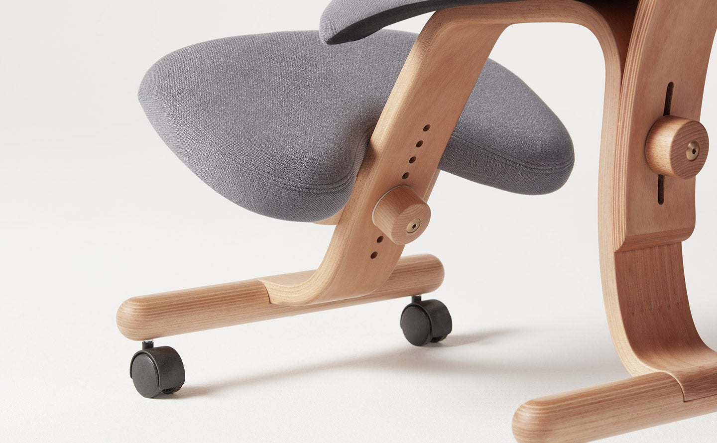 fully balans kneeling chair knee rest detail view