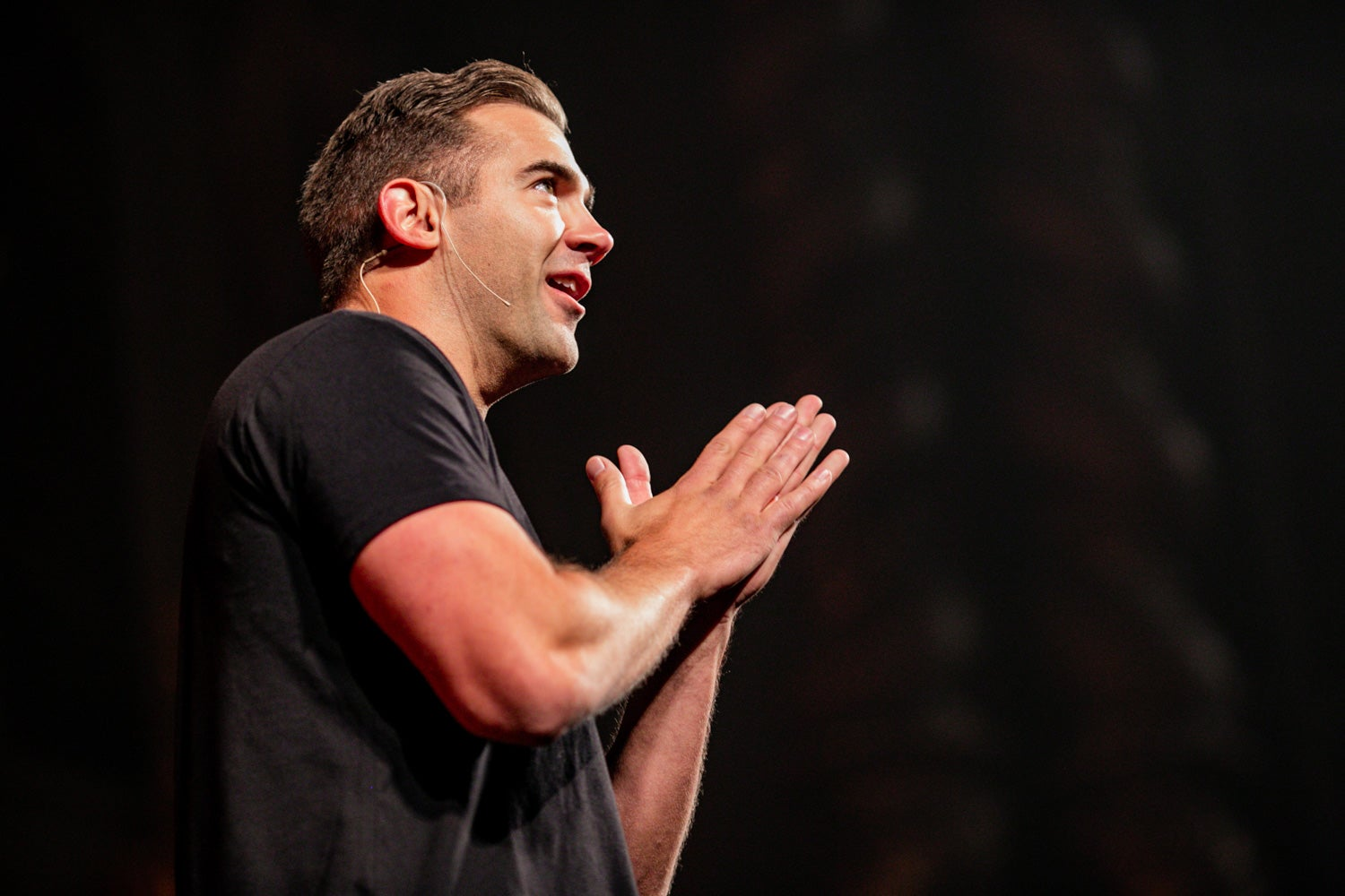 Lewis Howes on stage discussing his ideas about overcoming self doubt